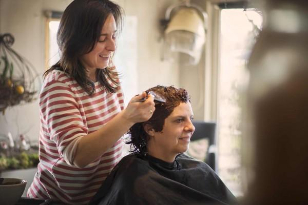 Ilona werkt als kapper dichtbij Ranst met de biologische haarkleuring